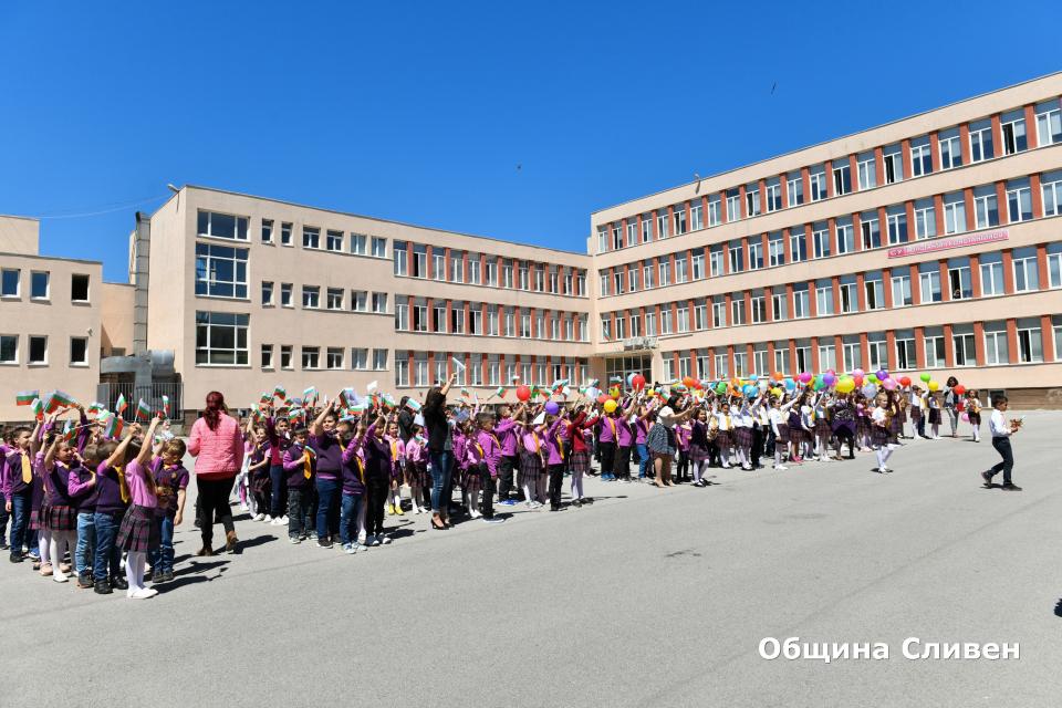 """Над 200 ученици от първи и втори клас от СУ """"Константин Константинов"""" в Сливен днес положиха Клетва на първокласника. Заради сложната обстановка миналата..."""