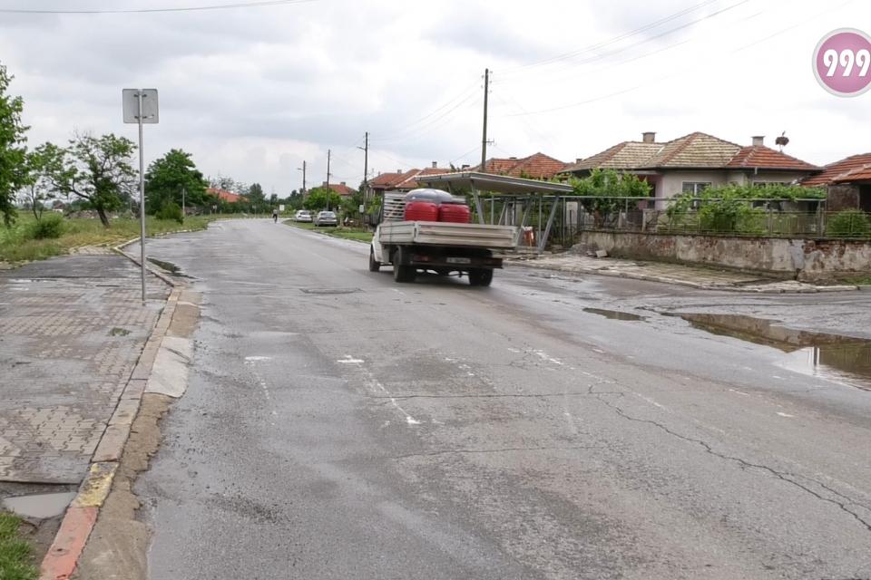Необезопасена пешеходна пътека в с. Роза крие сериозен риск за пресичащите главния път. За това сигнализираха в 999 жители на населеното място. Тя се намира...