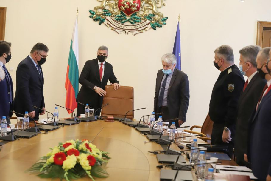 Служебният премиер Стефан Янев свиква заседание на Съвета по сигурността, предават от БНР. Тема на днешното заседание на консултативния и координиращ...