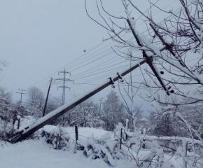 Снегът остави стотици селища без ток