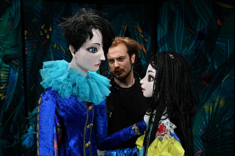 """Със """"Снежанка и седемте джуджета"""" започна есенният театрален сезон за Куклен театър """"Димитър Митев""""-Ямбол. Любимата на поколения деца приказка на братя..."""