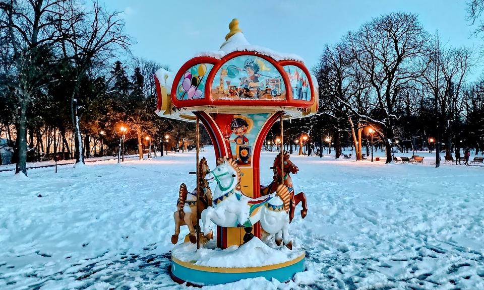 В събота облачността ще се вплътнява и по-късно след обяд в Югозападна България ще завали сняг. Северозападният вятър ще отслабне, в Дунавската равнина...