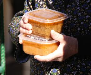 Социални работници разнасят храна и лекарства на възрастните по домовете им (видео)