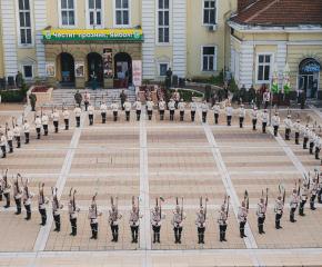 """Спектакълът """"Искри"""" на Националната гвардейска част разпали родолюбивите искри в сърцата и душите на ямболци (ВИДЕО)"""