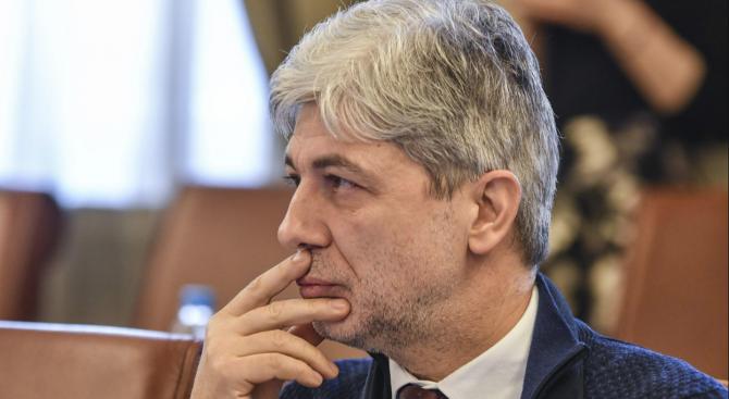 Специализираният наказателен съд решава дали да остави в ареста вече бившия министър на околната среда и водите Нено Димов. 72-часовото прокурорско задържане...