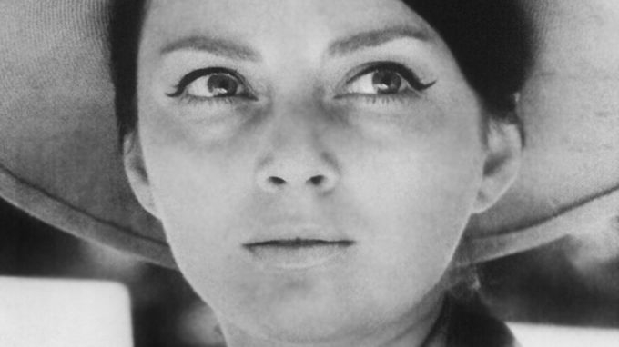 Голямата дама на българското кино Невена Коканова си отива от този свят на 3 юни 2000 г. По този повод днес ямболският драматичен театър, който носи нейното...