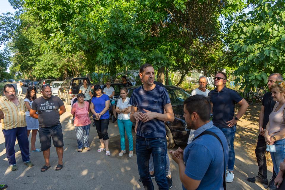 """Кметът на Ямбол Валентин Ревански се срещна с живеещи в блок 21 в квартал """"Диана"""" след отправена покана от граждани. Срещата се проведе пред жилищната..."""