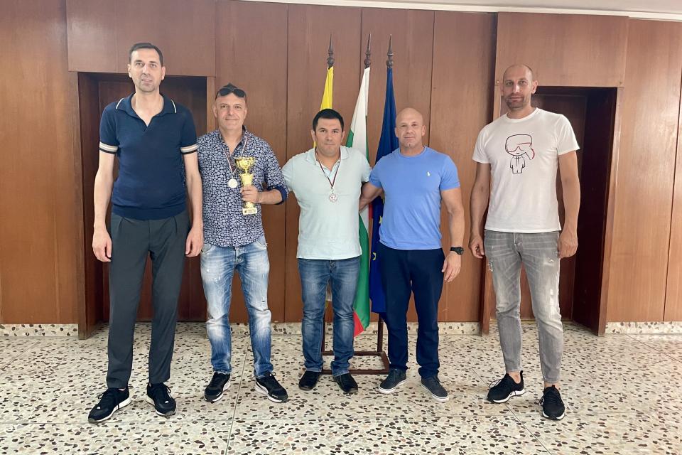 Кметът на община Ямбол Валентин Ревански се срещна със Стоян Патрашков и Теодор Стефанов - представители на Спортен клуб на глухите в града. Те запознаха...