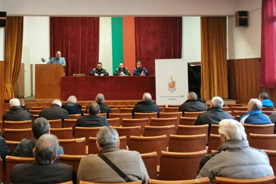 """28 представители на частните охранителни фирми в Сливен и региона се срещнаха днес с ръководствата на сектор """"Охранителна полиция"""", група """"Охрана на обществения..."""