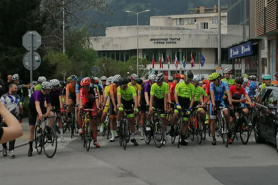 """13-ото издание на колоездачното състезание за Купа """"Милко Димов – Илия започна днес в Сливен. Над 200 състезатели се наредиха на стартовата линия за """"Изкачване..."""