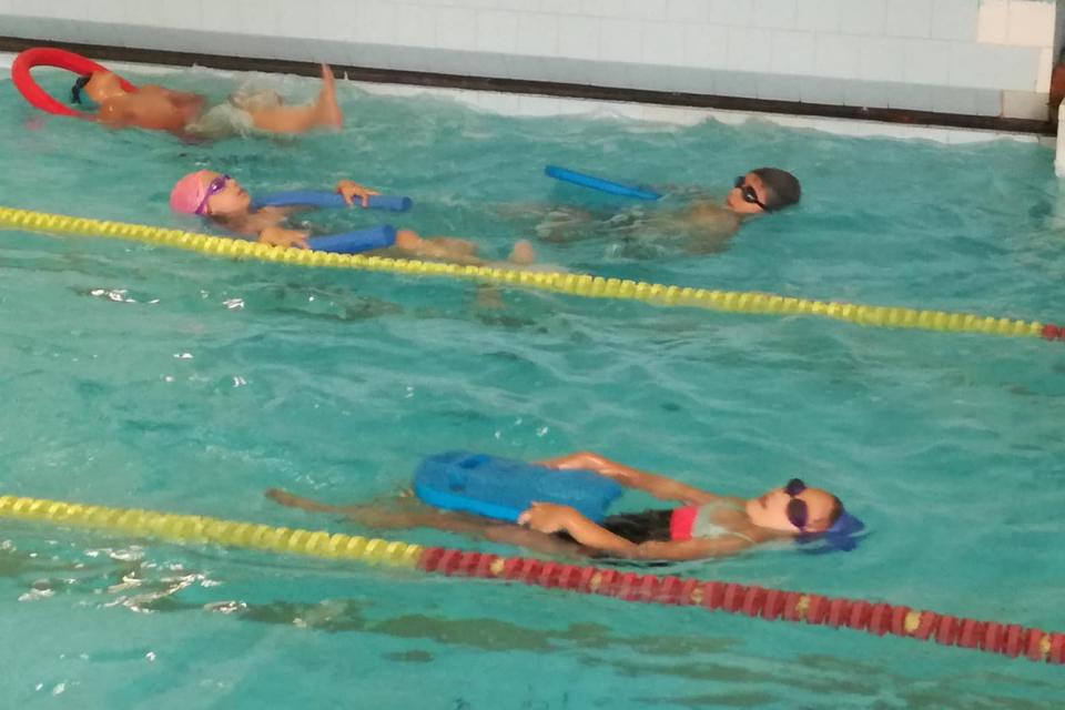 """На 13 юли 2020г. стартира ваканционната обучителна програма на БЧК - Ямбол """"Лятно училище по плуване 2020"""", която е част от програмите за превенция на..."""