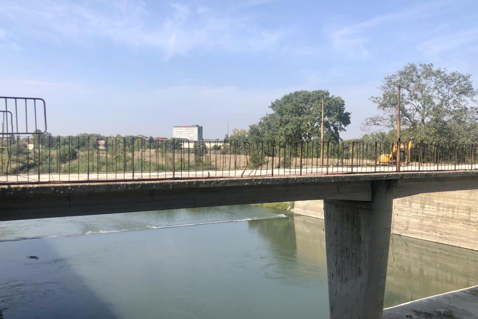 """Във връзка със стартирането на строително-монтажни дейности по обект """"Ремонтно-възстановителни работи по укрепване на подпорна стена на разделително съоръжение..."""