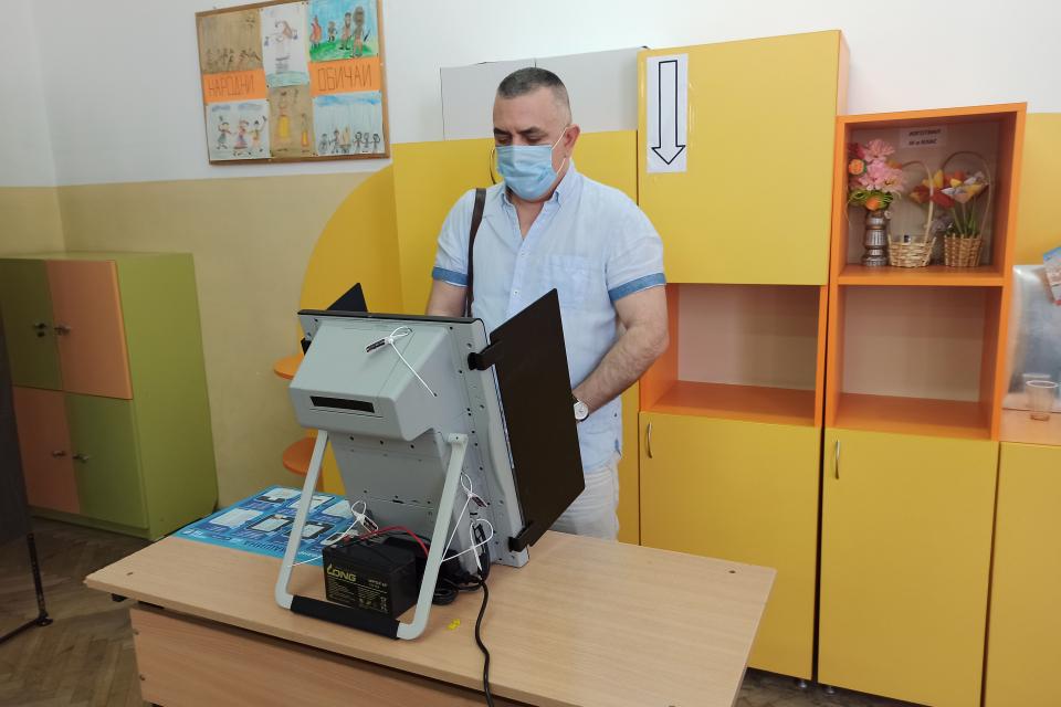 """Кметът на община Сливен Стефан Радев упражни правото си на глас в СУ """"Йордан Йовков"""". Пред журналисти той заяви, че е гласувал за демокрацията, за нормалността..."""