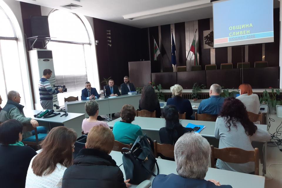 """В зала """"Май"""" днес се проведе публично обсъждане на Проекта за бюджет на Община Сливен за 2020 г. Кметът Стефан Радев посочи, че сред основните цели са..."""