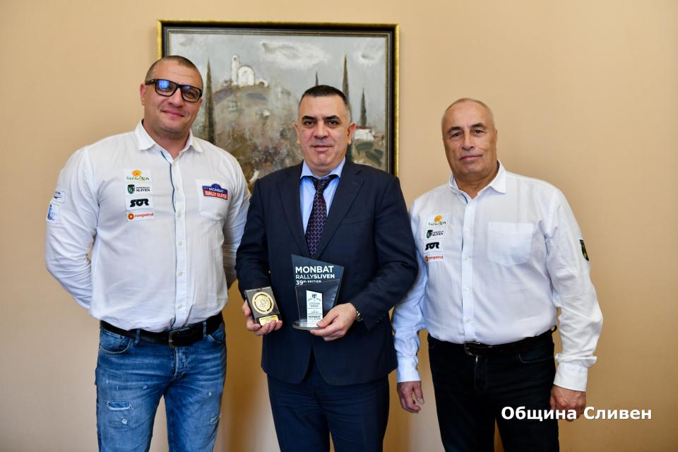 Кметът Стефан Радев получи плакет в знак на благодарност за приноса му и помощта, която оказва за развитието на автомобилния спорт в Сливен. Призът му...