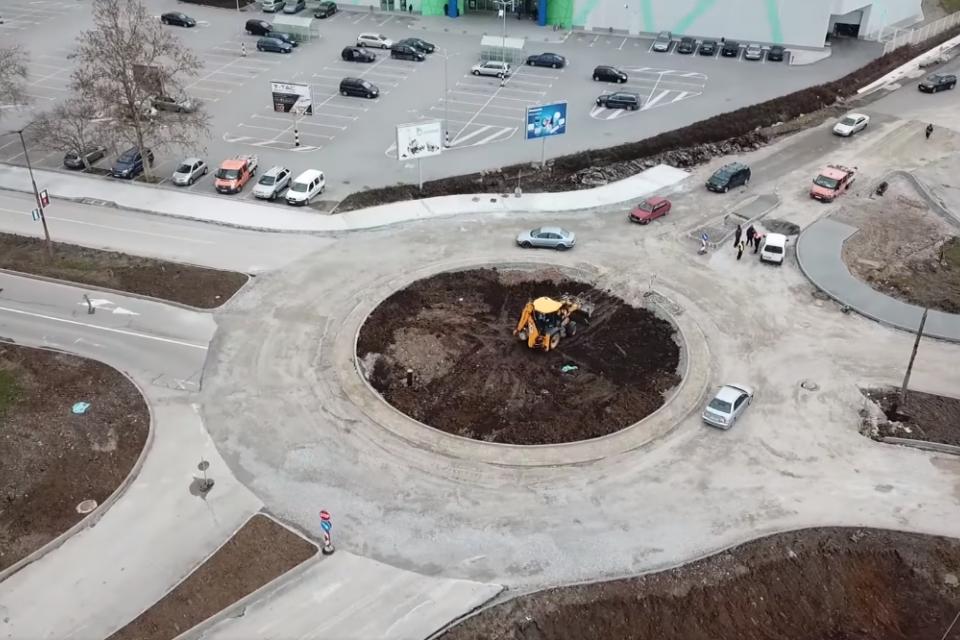 """""""Напредват строителните дейности по изграждането на кръстовище с кръгово движение на """"Обходен път ЮГ"""" в Ямбол."""", написа кметът на Ямбол Валентин Ревански..."""