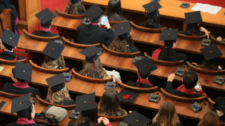 Без учебни занятия и изпити във висшите училища до 13 май, удължаване на летния семестър с 30 дни, онлайн кандидатстудентски и държавни изпити, както и...