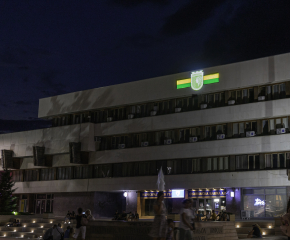 В пазене на идентичността на града, инсталираха светеща инсталация с герба на Ямбол