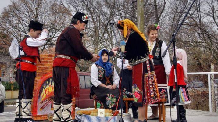 """Традиционният Регионален фолклорен събор """"Зимни празници"""" в село Мечкарево тази година няма да се състои заради епидемичната обстановка. Това съобщиха..."""