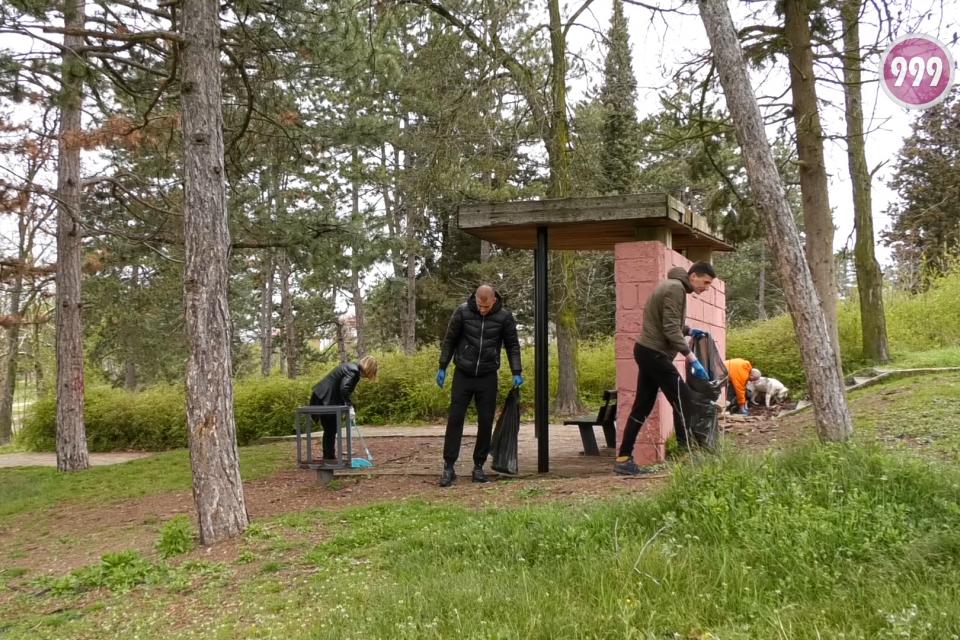 Екоакция в съботното утро. Десетки се събраха в лесопарк Боровец, за да почистят оставеното от посетителите на местността. Сред отпадъците по земята и...