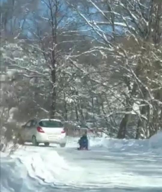 Съставен е акт за административно нарушение на водач, на лек автомобил, който тегли шейна с дете по заснежен пътен участък на пътя към местност...