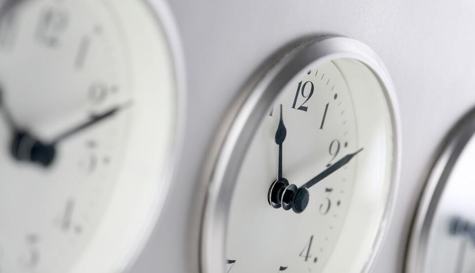 На29 март, в 3.00 часа местно време, се въвежда лятното часово време в България. Тогава часовниците трябва да се преместят с един час напред.Лятното часово...