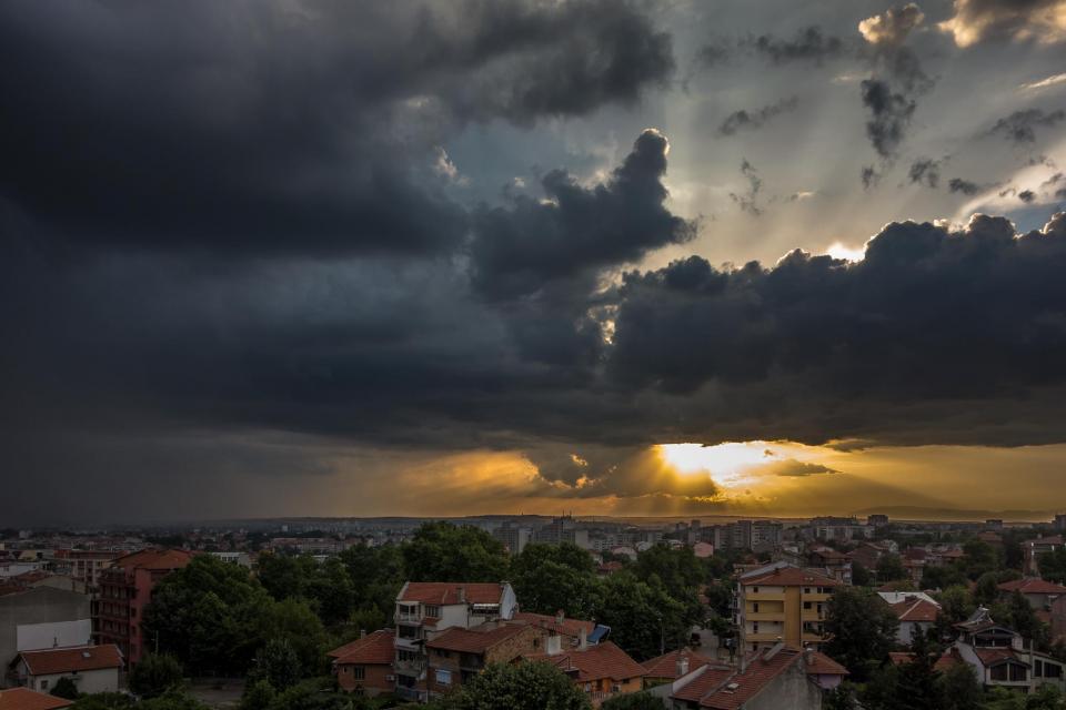 В близките часове отново ни очакват краткотрайни валежи и гръмотевични бури. По-интензивни те ще са в планините и в Североизточна България, където се очакват...