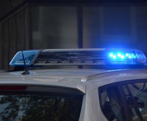 ТИР се заби в къща след като удари кола и уби човек