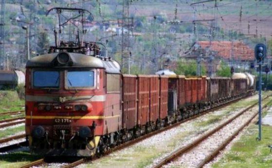 Товарен влак смаза лек автомобил на неохраняем жп прелез в шуменското село Радко Димитриево. Инцидентът стана тази вечер около 19:30 ч. Няма жертви, съобщиха...