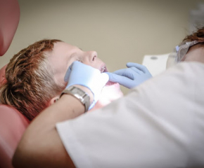 Три безплатни процедури при зъболекаря за възрастни
