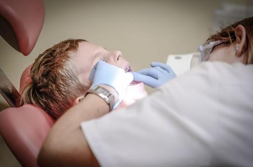 По три безплатни процедури при зъболекаря за възрастни поема Националната здравноосигурителна каса (НЗОК).За пациент над 18-годишна възраст тя поема частично...