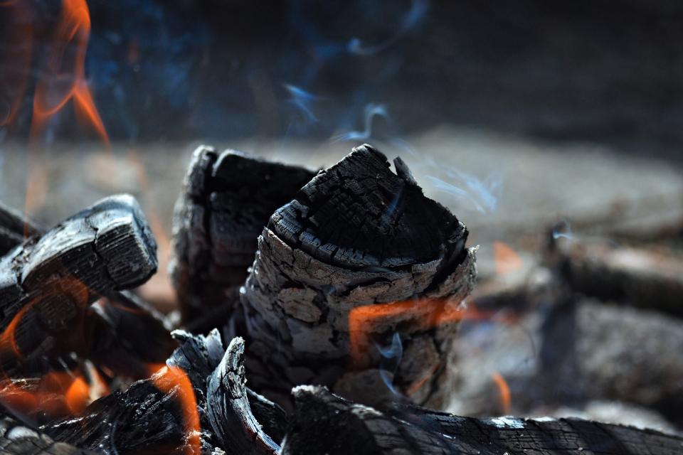 """Три екипа огнеборци гасят пожар край Сливен. Това съобщи директорът на РД """"ПБЗН""""-Сливен комисар Владимир Демирев, предаде БТА. Огънят е пламнал около..."""