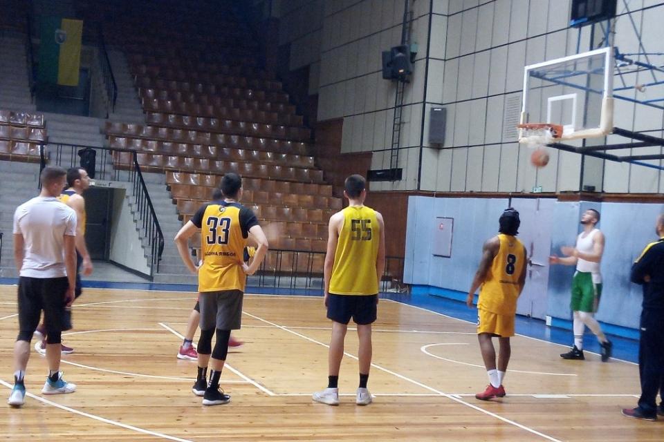 Трима нови баскетболисти се включиха в тренировките на представителната мъжка гарнитура на Ямбол.Тимът се подсилва солидно в подкошието ,като вече на...