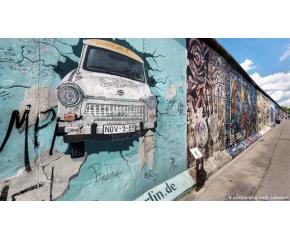 Трийсет години след падането на Стената Берлин все още вижда живота двойно