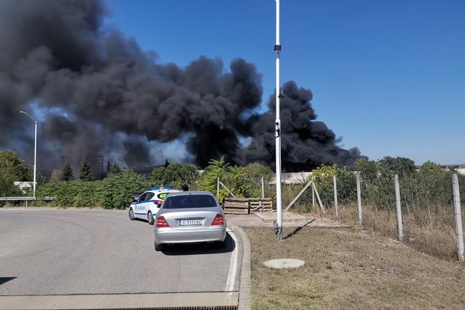 Остър задушлив дим се понесе по обяд в събота в града. По информация на 999 от ОДМВР - Ямбол горят матраци, вата, лепила и други леснозапалими материали....