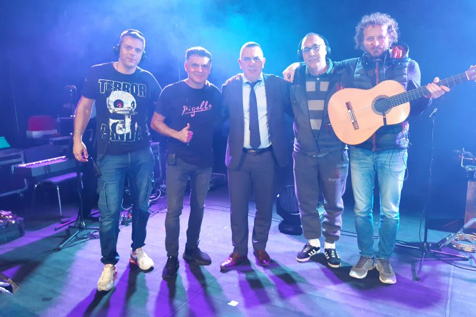 Виртуозният цигулар Васко Василев и кметът Стефан Радев се срещнаха часове преди концерта на музиканта в Сливен, по време на репетицията му на сцената...