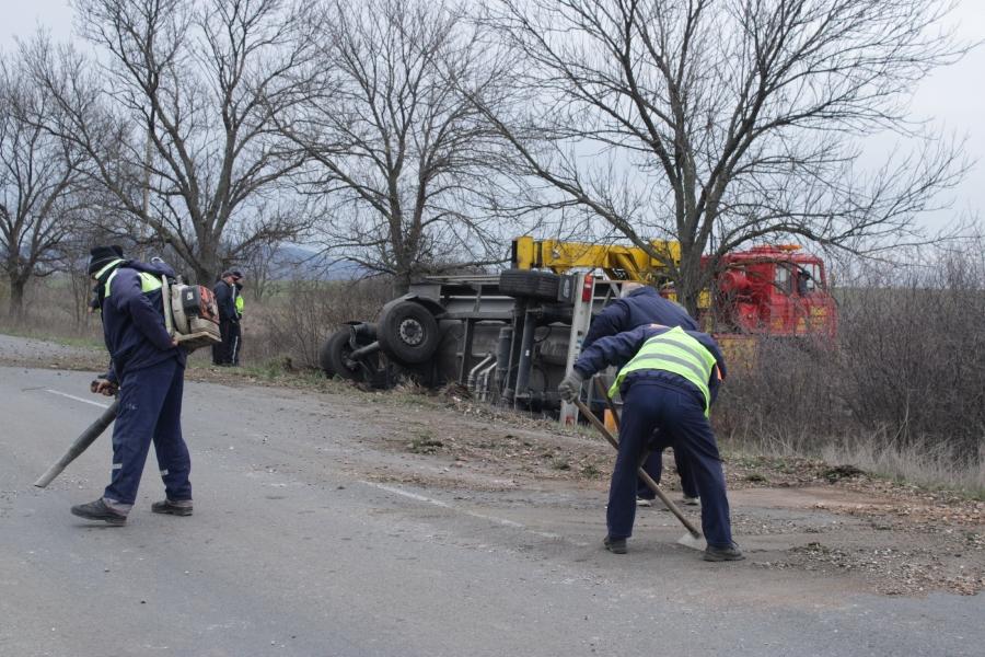 Товарен камион МАН-цистерна и ремарке - цистерна, катастрофира край село Окоп, община Тунджа. При скъсване на теглича на ремаркето се откача и преобръща...