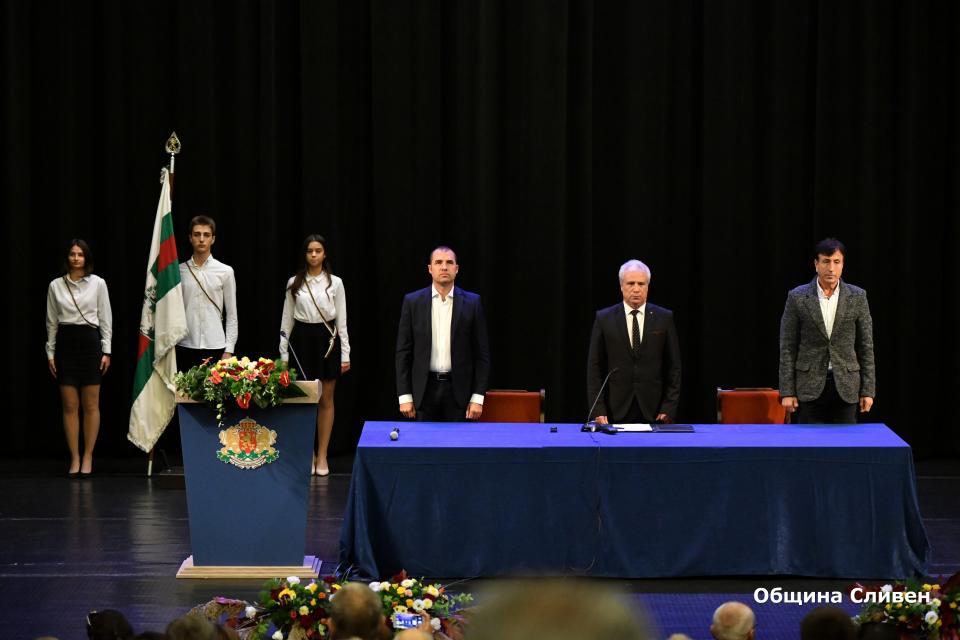 """В зала """"Сливен"""" днес се проведе тържествената сесия на местния парламент. В словото си председателят на общинския съвет Димитър Митев благодари на колегите..."""