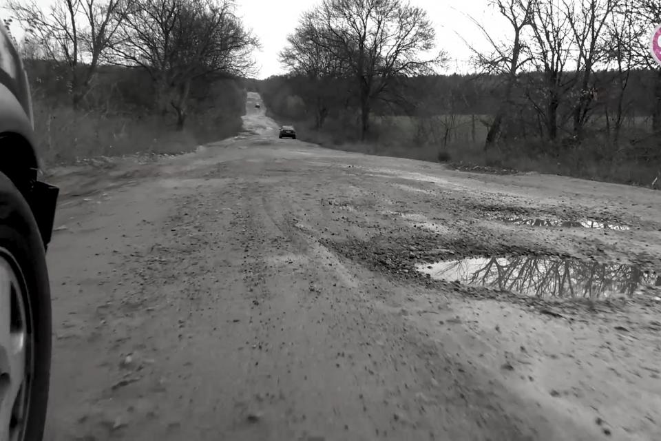 Участък от пътят между село Маца и ТЕЦ-овете е в безобразно състояние. За това алармираха в 999 жители на старозагорското село. Хората не помнят кога за...