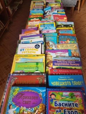 """Старозагорската ученичка Ния Димитрова направи дарение от 100 детски книжки на библиотеката при НЧ """"Христо Ботев"""", намиращо се на Старозагорските бани...."""