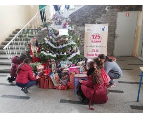 """Ученици и доброволци организираха благотворителна кампания """"Кутии за приятелство"""""""