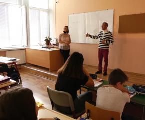 Ученици консултираха знанията си по журналистика с 999 (ВИДЕО)