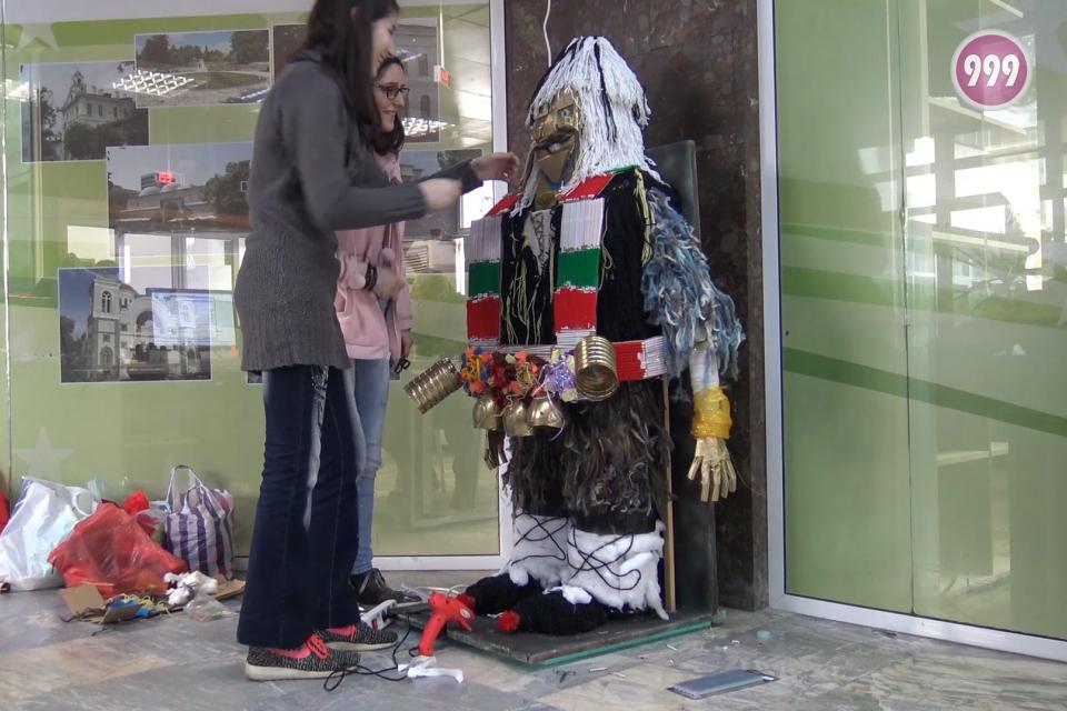 """Ден преди откриването на маскарадния фестивал """"Кукерландия"""" ученици подариха артинсталация на Община Ямбол. Фигурата във формата на кукер е изработена..."""