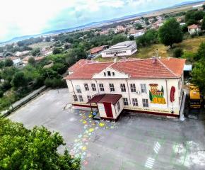 Ученици, родители и учители изрисуваха двора  на училището в село Роза