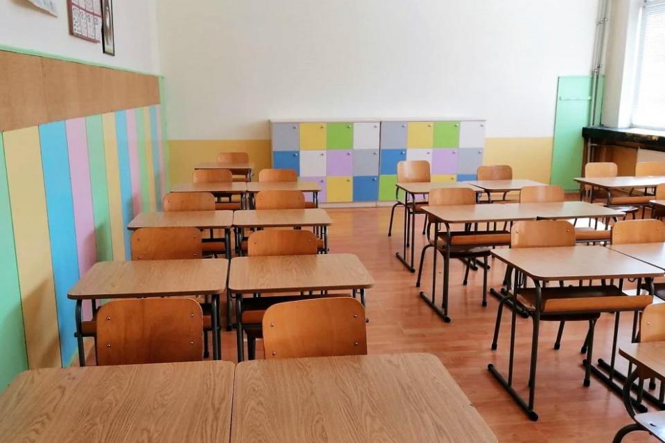 Учениците от 5-и до 12-и клас в малките населени места се връщат в класните стаи днес, съобщават от БНР. От Министерството на здравеопазването съобщават,...