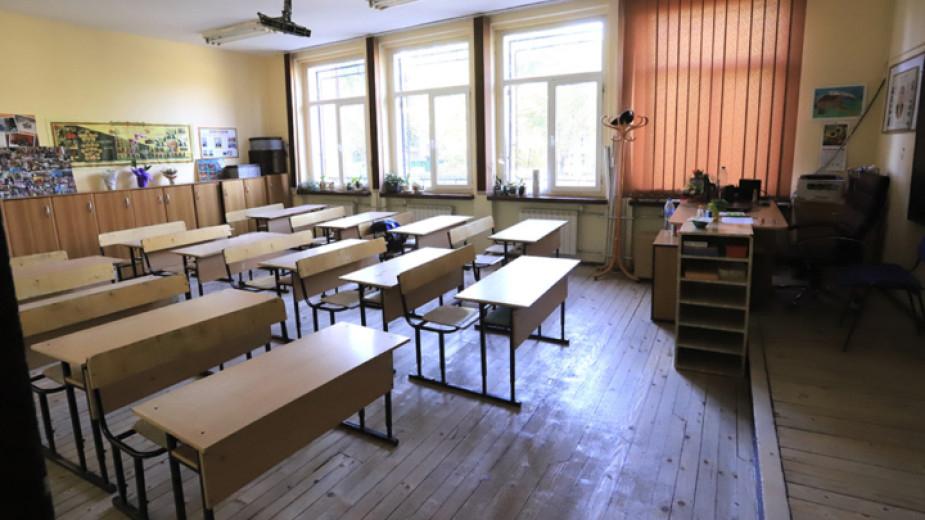 Учениците от 7-и ,8-и и 10-и клас преминават от дистанционно към присъствено обучение от понеделник. Те ще учат присъствено поне до края на месеца заедно...