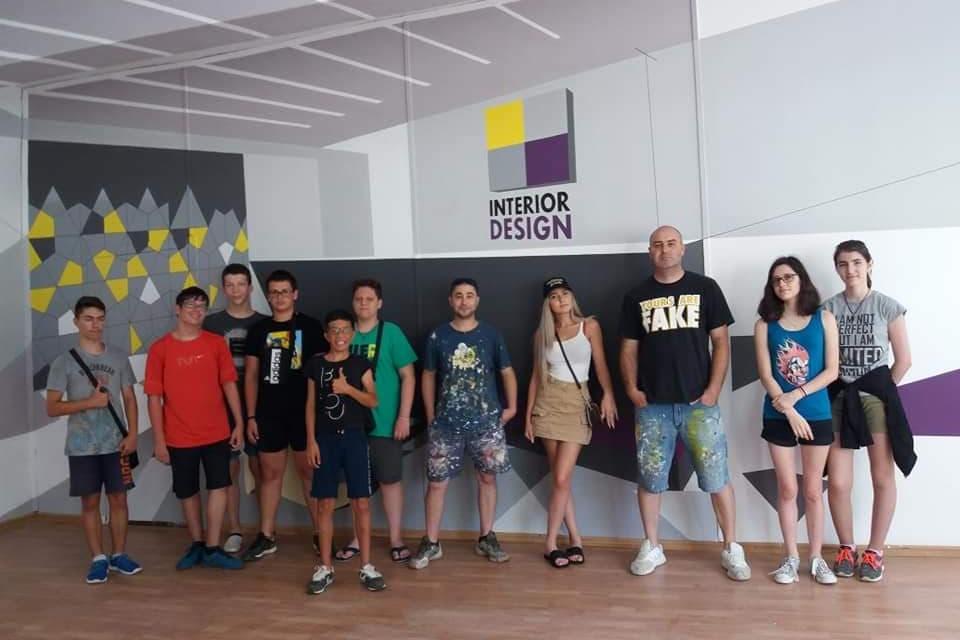 """Учениците от 9""""б"""" клас на ПГСА""""Кольо Фичето""""- специалност """"Интериорен дизайн"""", излязоха с предложение за екоинициатива, която цели да направи Ямбол още..."""