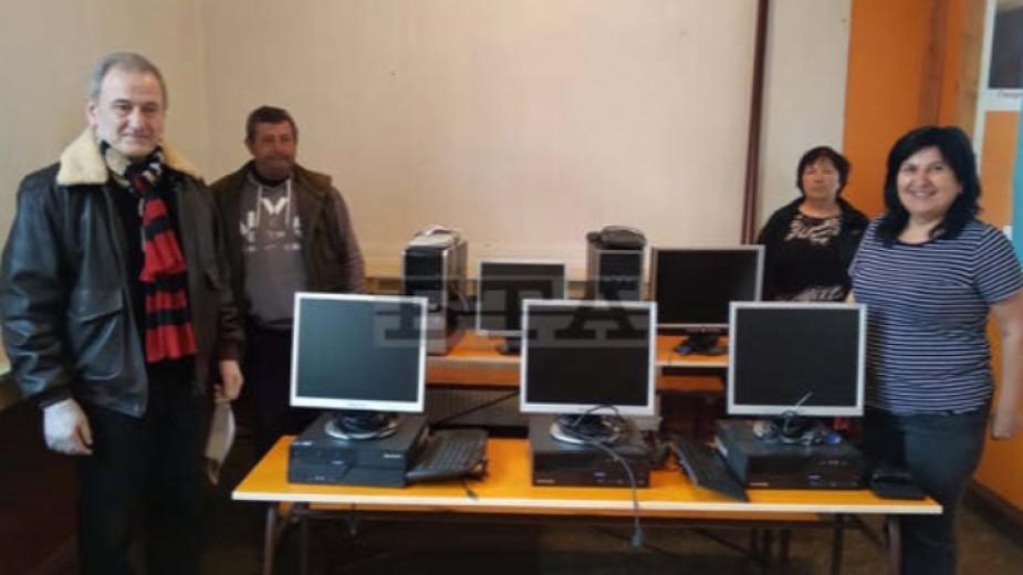 Училището в търговищкото село Голямо Ново получи дарение за деца от уязвими групи.Техниката -пет компютърни конфигурации, четири таблета и два лаптопа,е...