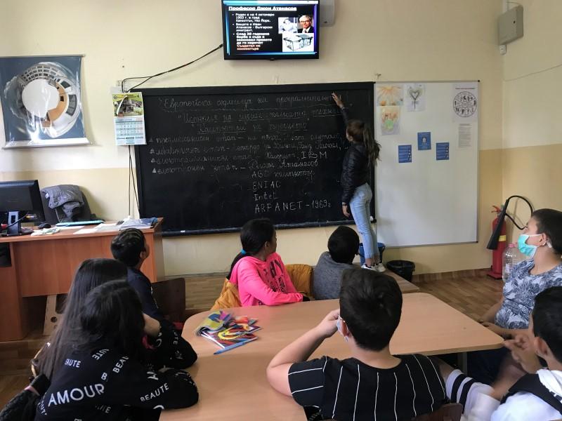 """В СУ """"Христо Смирненски"""" отбелязаха Европейската седмицата на програмирането с образователни инициативи. Това съобщиха от пресцентъра на Общината, цитирани..."""