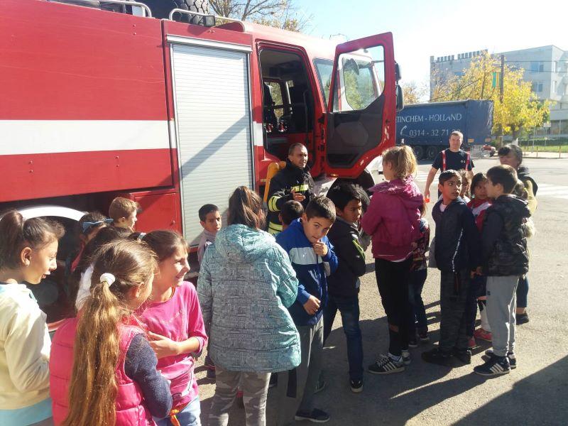 """За учениците от начален етап на обучение на СУ""""Д-р П. Берон"""" бе организиран атрактивен урок по пожарна безопасност. Обучението се проведе в служба """"Пожарна..."""